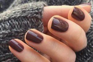 manicura marrón oscuro